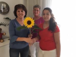 Die Pflegedienstleiterin Anita Dietze und Mentorin  Frau Barbara freuen sich mit Samara Pöschl auf die kommenden drei Jahre.